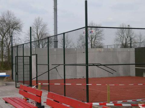 betonnen tennismuur