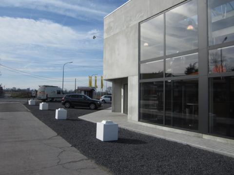 Witte stapelblok op de parking van een nieuwe showroom