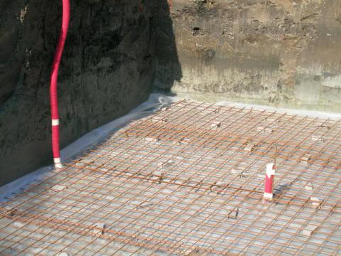 Zwembad met betonnen wanden
